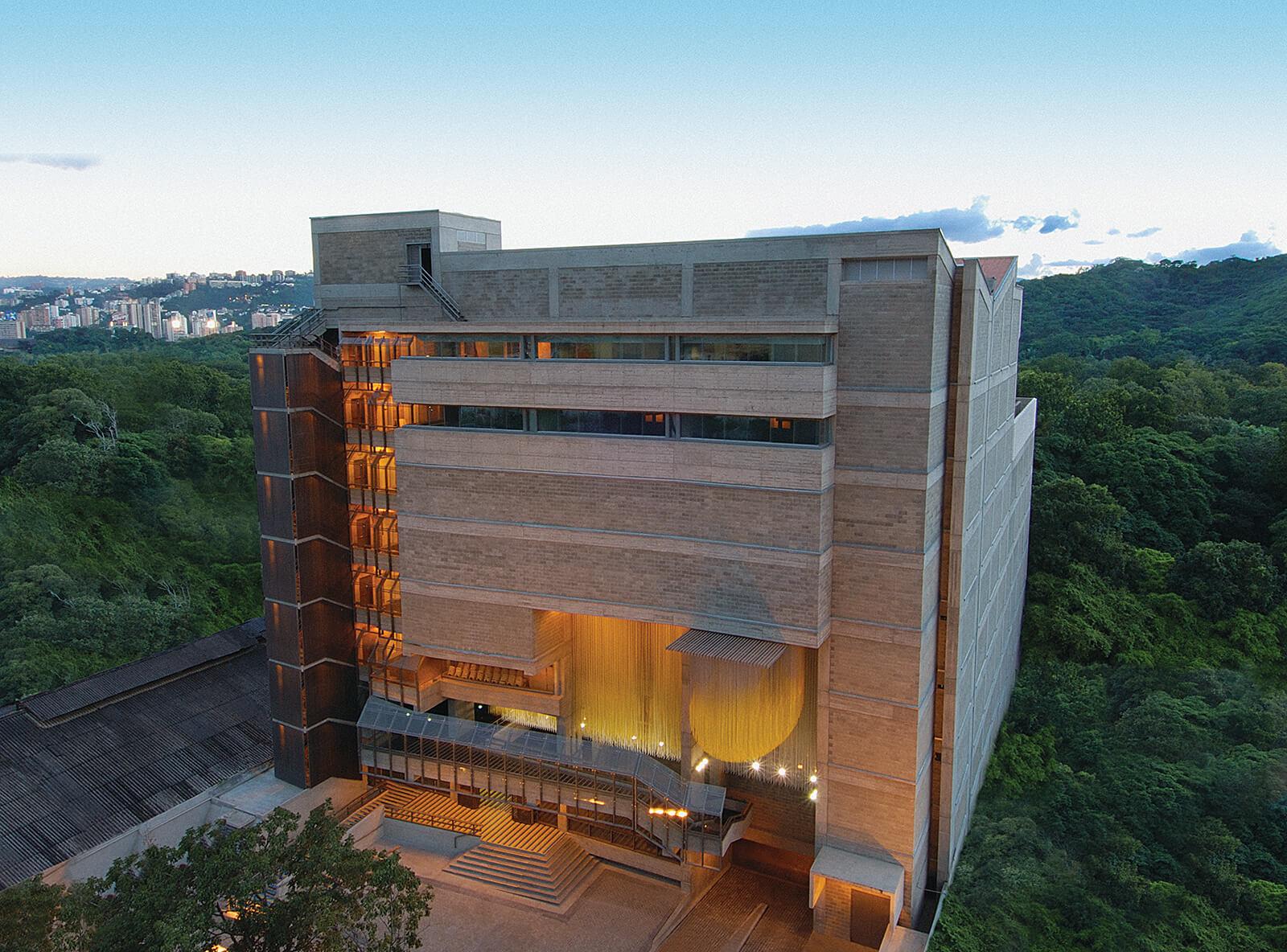 Vista conica de la fachada frontal del Centro de Acción Social por la Música